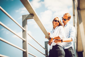 Paar auf Brücke